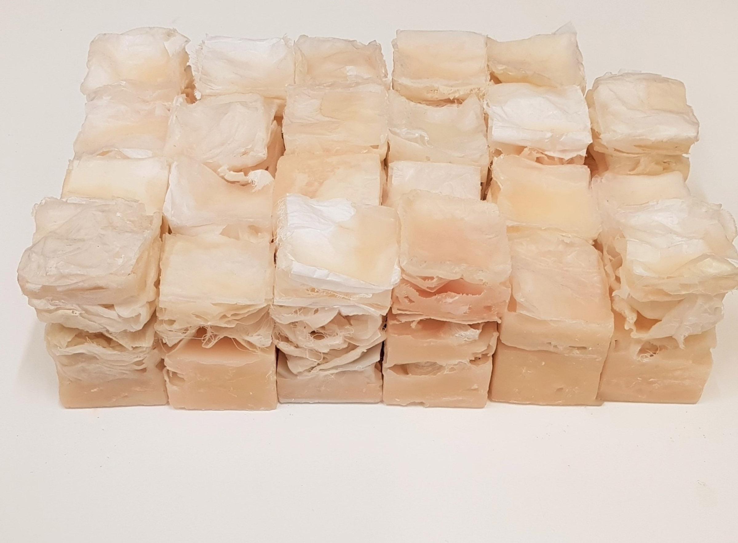 Beeldende kunst met 25 opstapelingen van laagjes huid, over tastzin, kwetsbaarheid, verlangens, haptonomie en grenzen
