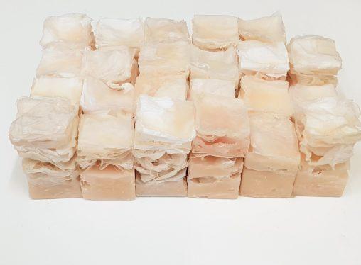 Installatiekunst van Jeanne de Bie over huid, fragiel, tastzin, verlangens, haptonomie en grenzen. Van papier en was, 25 werken van huid opgesteld.