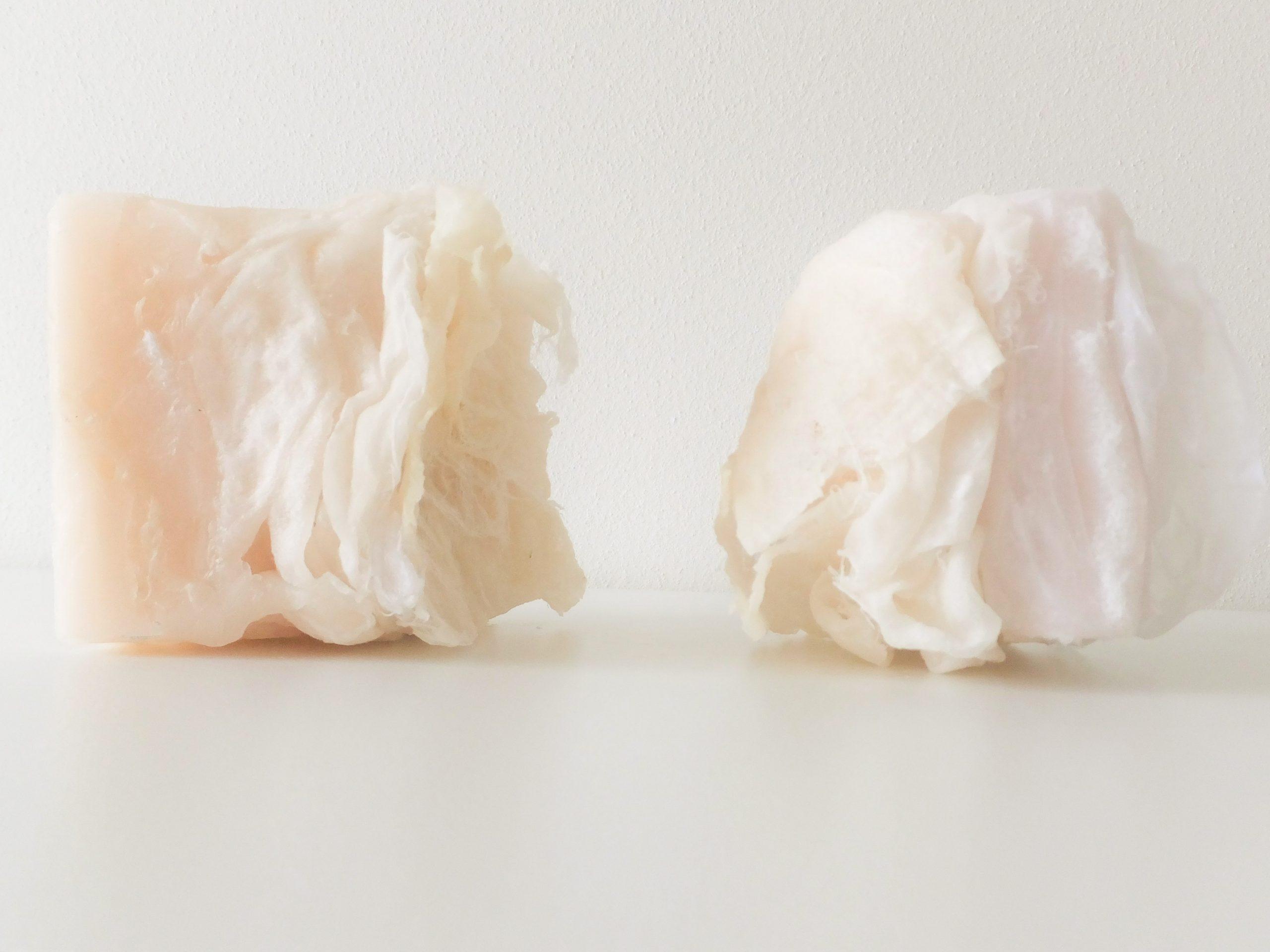 Detail van huid met zachte kleuren. Conceptuele beeldende kunst door Jeanne de Bie van was en papier, over verlangens, haptonomie en grenzen.