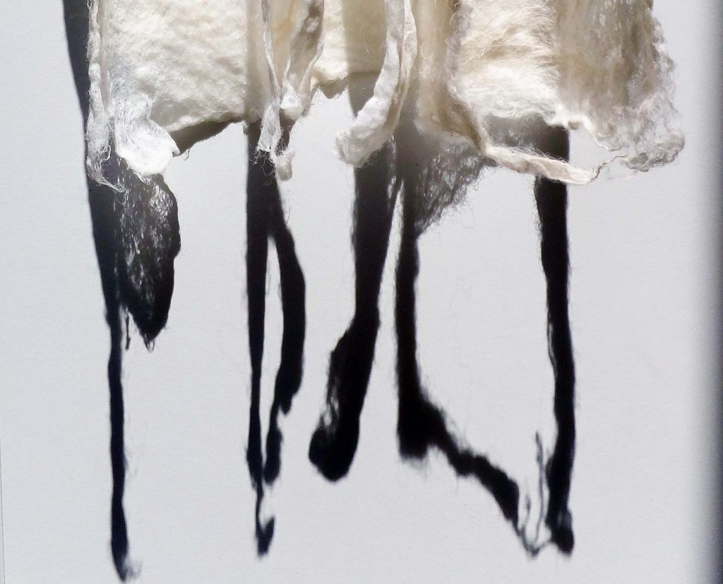 Jeanne de Bie haar kunst (detail) over vergankelijkheid van metaaldraad, wit vilt, licht en schaduw, genaamd Rags of light (Vodden van licht)