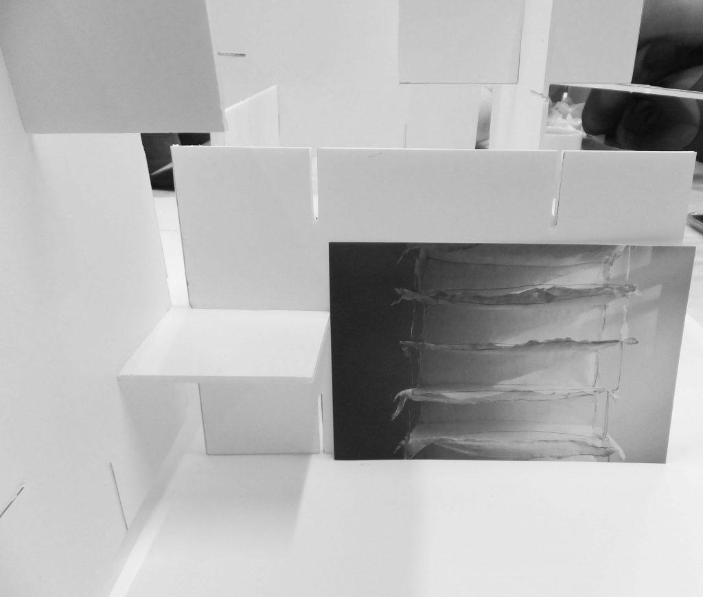 Installatiekunst maquette voor Rags of light (Vodden van licht), van witte muren en ruimtes met foto van draadwerk en vilt, door Jeanne de Bie