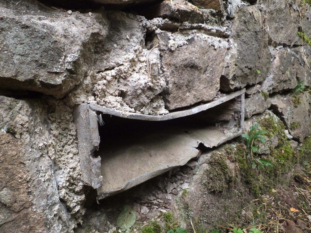 Loopgraven van Vieil Armand, metaal in stenen muur. Inspiratie voor het werk Rags of Light van Jeanne de Bie.