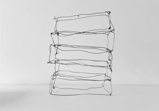 Draadwerk van metaal in lichte ruimte. Beeldende kunst over vergankelijkheid gemaakt door Jeanne de Bie genaamd: Rags of light (Vodden van licht).