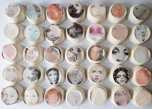 Karakters met portretten, gezichten van keramiek van boven met lichte kleuren, beeldend kunstwerk door Jeanne de Bie, inspiratie Vivian Maier.