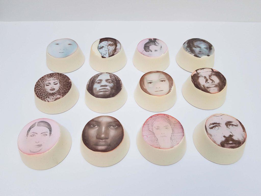 Karakters met portretten van keramiek van boven met lichte kleuren, beeldend kunstwerk door Jeanne de Bie, inspiratie Huub Oosterhuis.