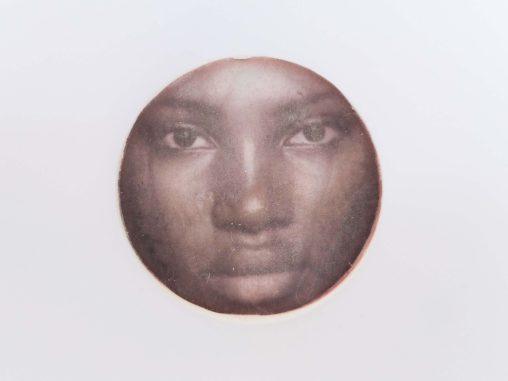 Close-up van karakter met portret in het beeldende kunstwerk Delf mijn gezicht op door Jeanne de Bie, inspiratie Vivian Maier, Huub Oosterhuis.