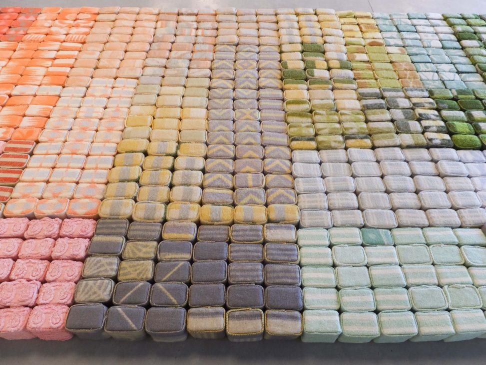 Textielkunst met karakters van wollen dekens over het verleden en herinneringen 'Geborgen herinneringen' (Salvaged memories) door Jeanne de Bie