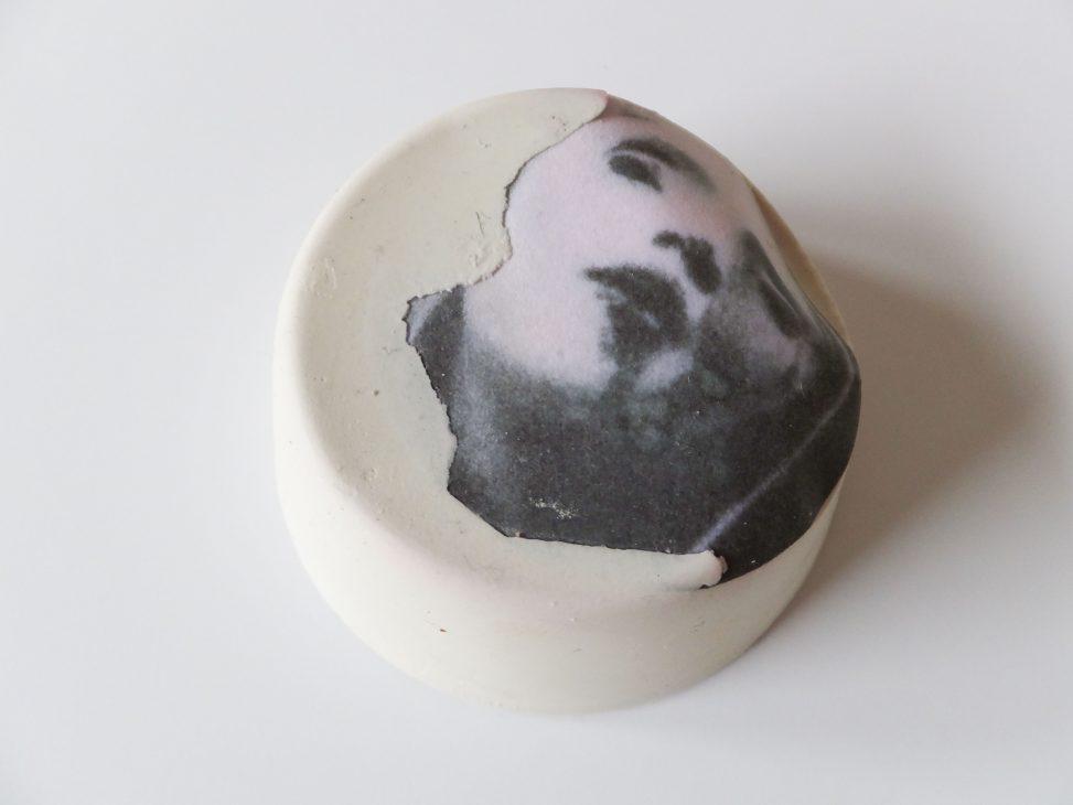 Keramiek karakter met zwart wit portret, lichte omgeving. Proces van Delf mijn gezicht op (Mine my face) van Jeanne de Bie.