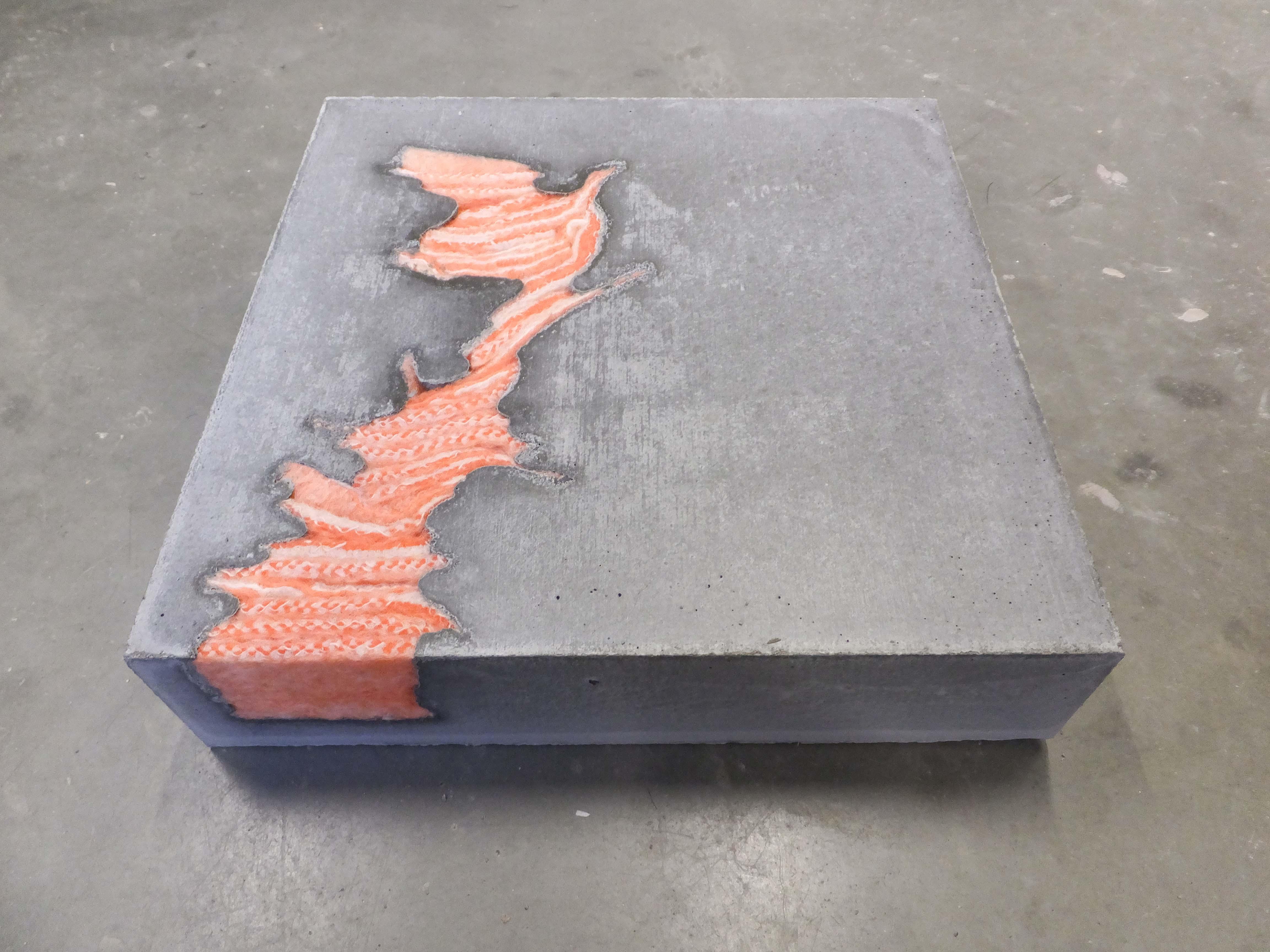 Vierkant karakter van cement met oranjekoraal en witte deken erin verwerkt. Textielkunst: Stil leven door Jeanne de Bie, inspiratie Wabi Sabi.