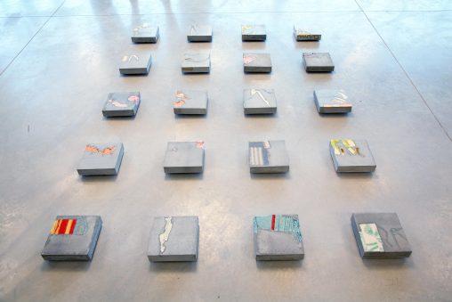 Installatie vierkante karakters van boven met gekleurde dekens. Beeldende kunst: Stil leven (Still life) door Jeanne de Bie, inspiratie Jeff Wall.