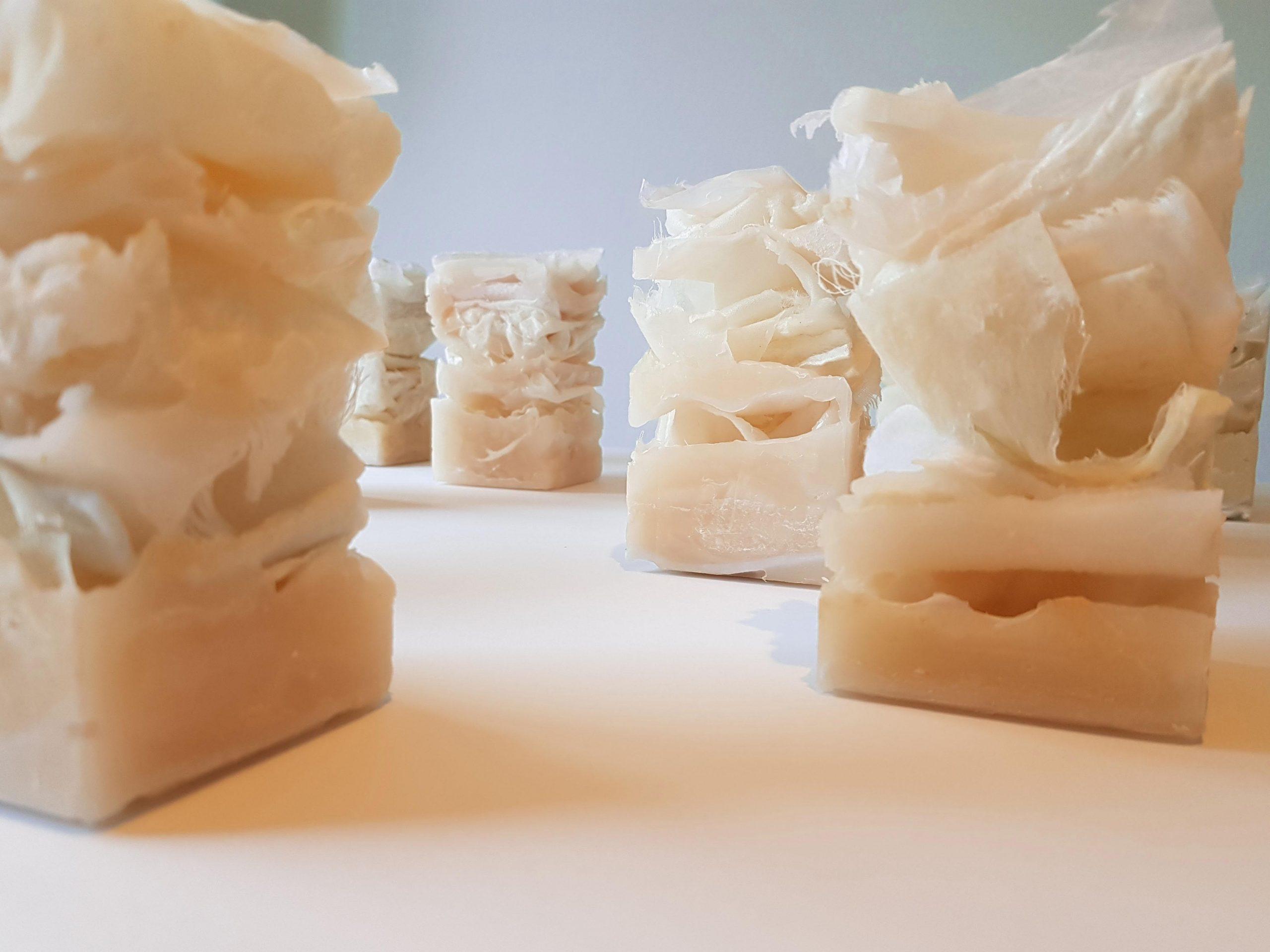 Vijf conceptuele werken van huid opgesteld, beeldende kunst gemaakt van was en papier over haptonomie, de huid en fragiel zijn door Jeanne de Bie.